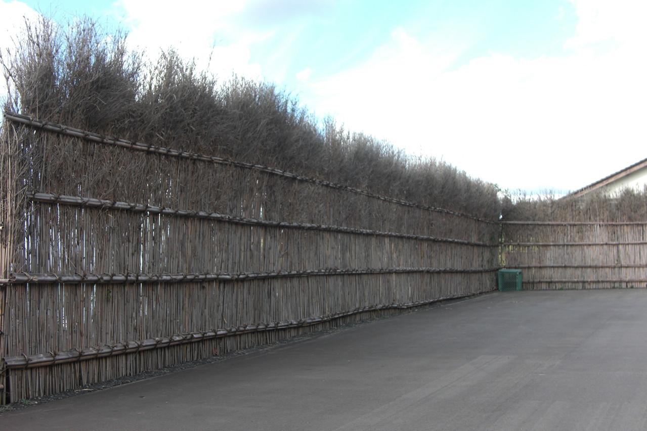海のそばの輪島塩では、竹の垣根「間垣」がみられます