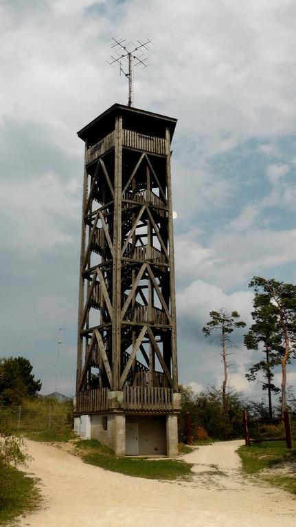 Aussichtsturm auf der Hohenmirsberger Platte ist eine mit der höchsten Erhebungen der Fränkischen Schweiz