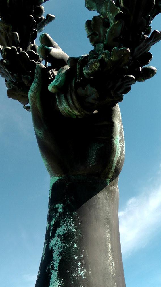 Blick aus der Bavaria, hält einen Eichenkranz in ihrer linken Hand