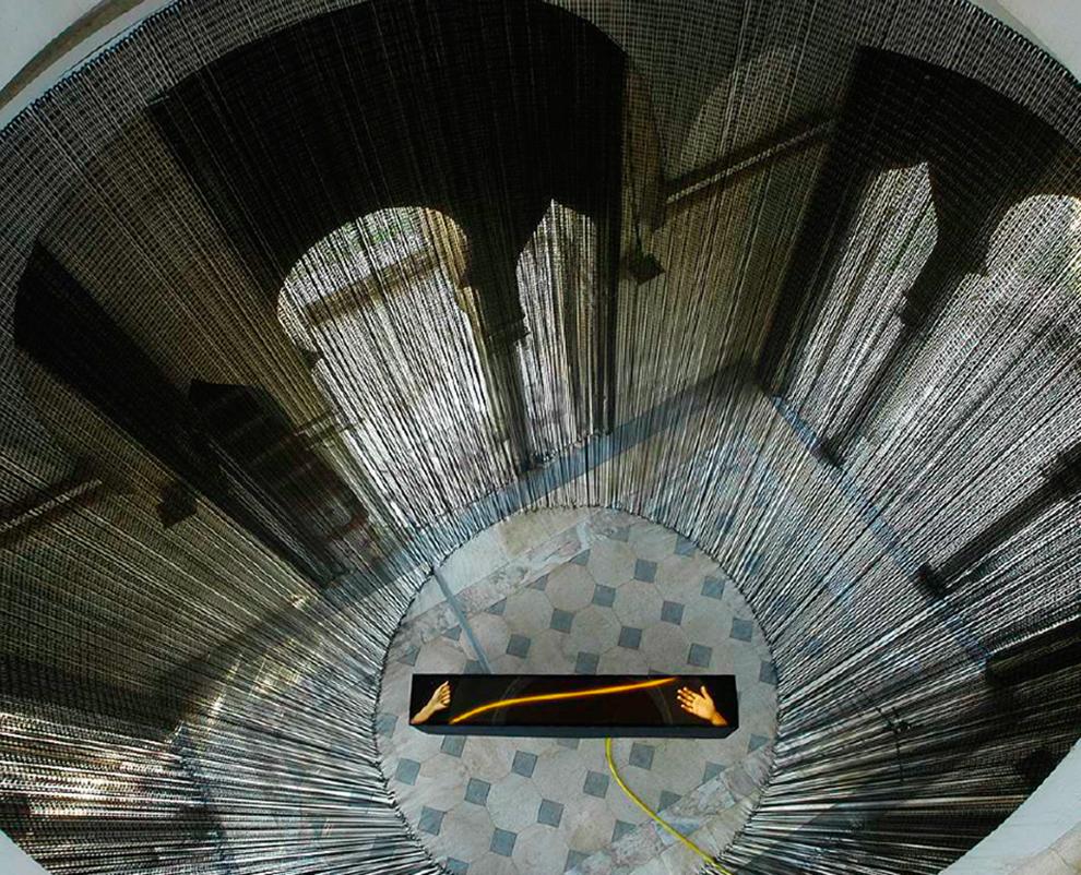 """Serie Bajo el agua/Poder natural. """"Mecanismos"""". Caja EGO. Templete de Sta Justa & Rufina. C.A.A.C. Sevilla. 260 x 80 x 40 cm. Fotografía láser backlite, sonido, estructura de madera. 2004/05"""