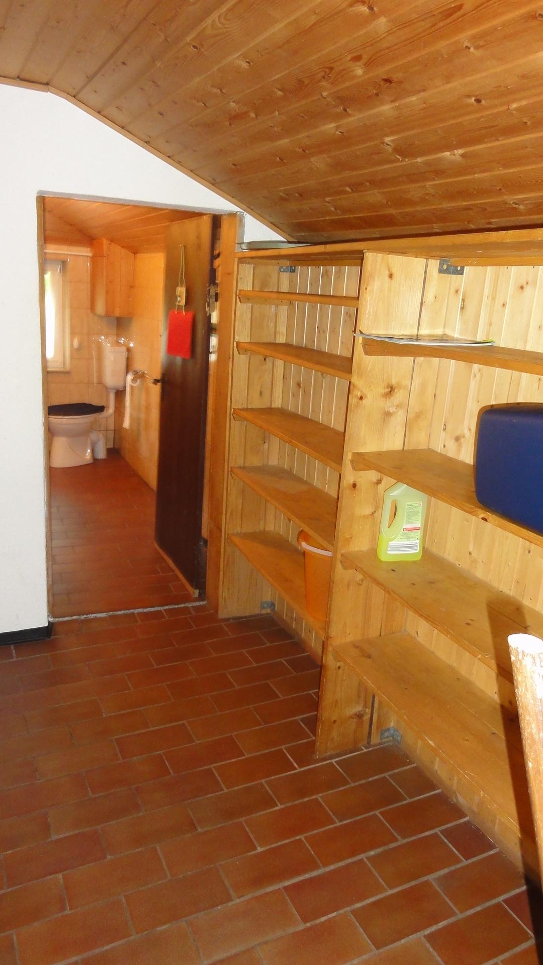 Vorratsregale im Vorraum für Schuhe und Vorräte