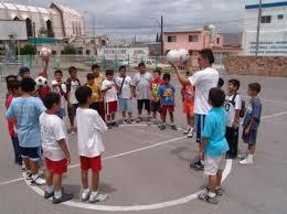 Al empezar la clase nos sentaremos todos o realizaremos un circulo en la zona acordada, y permaneceremos en silencio, para escuchar las indicaciones del maestro.