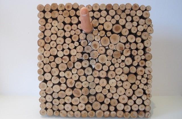"""readymade """"ohne Titel"""", Holzuntersetzer und Kunststofffinger 25x25 cm"""