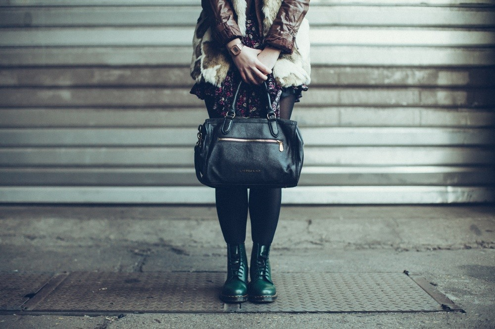 Tasche: Liebeskind Berlin ; Uhr: Casio ; Fake Fellweste : Zara ; Kleid : H&M
