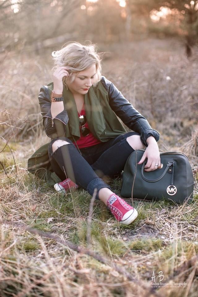 Mantel von Zara ; Shirt und Brille von H&M ; Armband von theRubz ; Tasche von Michael Kors ; Schuhe von Converse