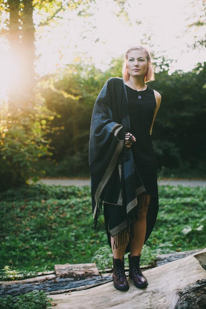 Vokuhila Kleid H&M ; Riesen Wollponcho C&A ; Ketten Gina Tricot