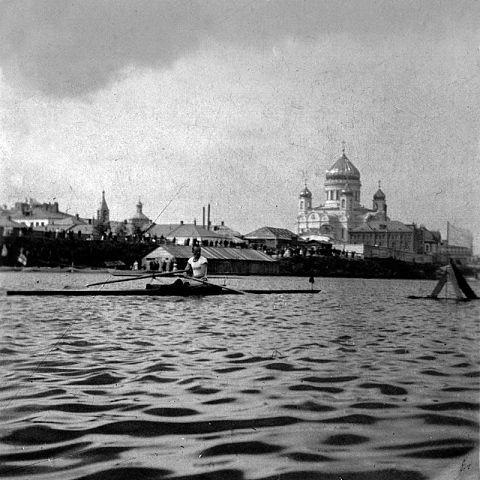 Гребец-академист на Москва-реке рядом с Храмом Христа Спасителя. Конец XIX века.
