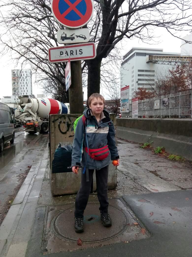 Victor entre dans Paris en prenant sa collation du matin
