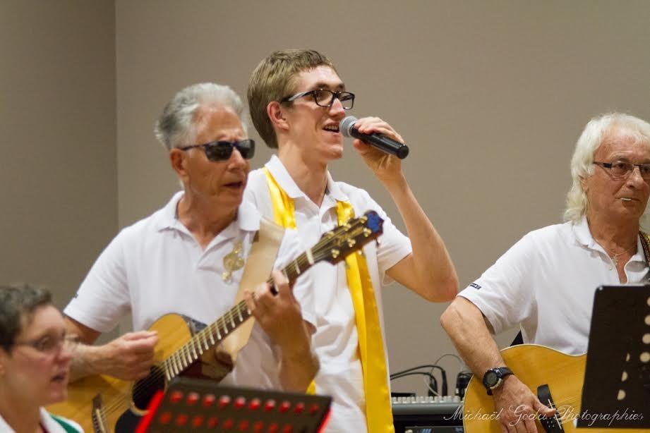 """Jacques et Patrick,nos guitaristes,et Simon chantent """"Champs-Elysées"""""""