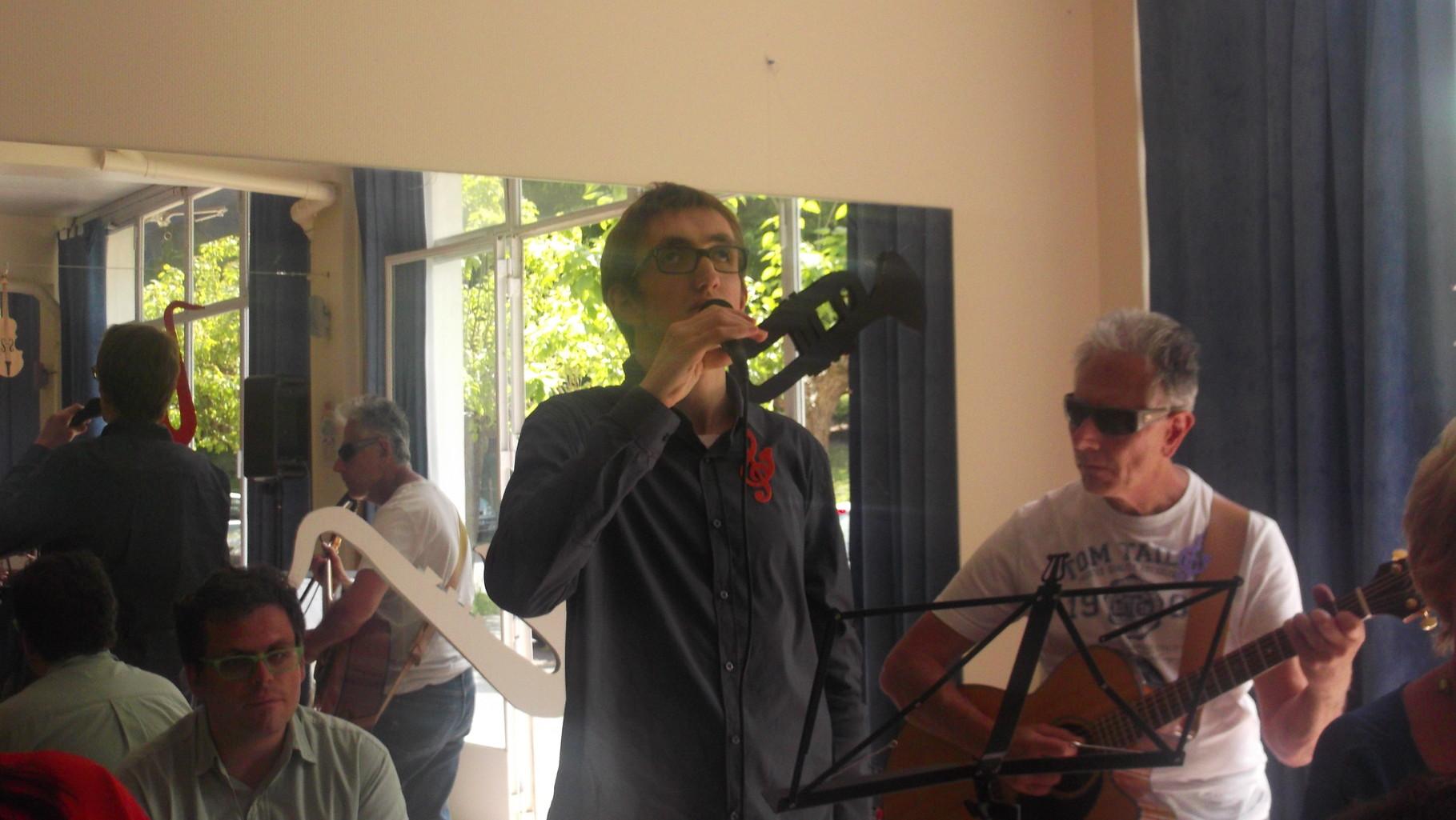 Simon chante accompagné de Patrick et Jacques à la guitare