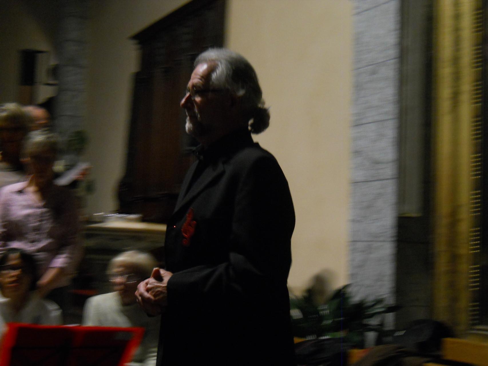 Alain,notre chef de chorale s'avance vers nous pour notre premier chant