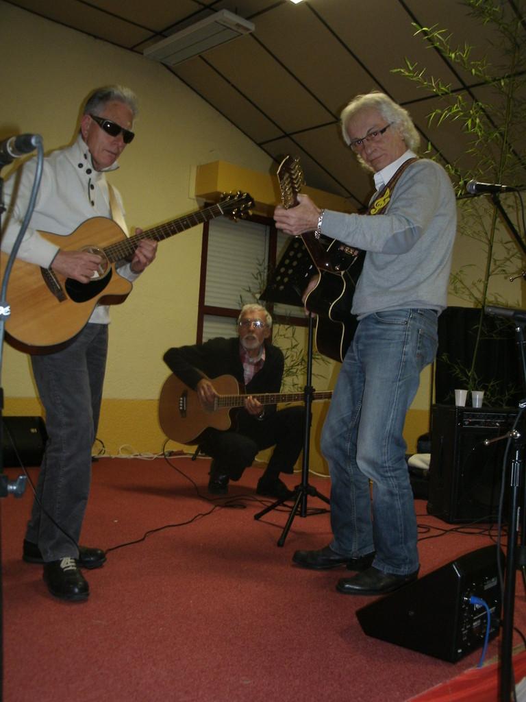 A Juillan,le 7 Décembre à 20h30,bravo aux 3 guitaristes avant le spectacle