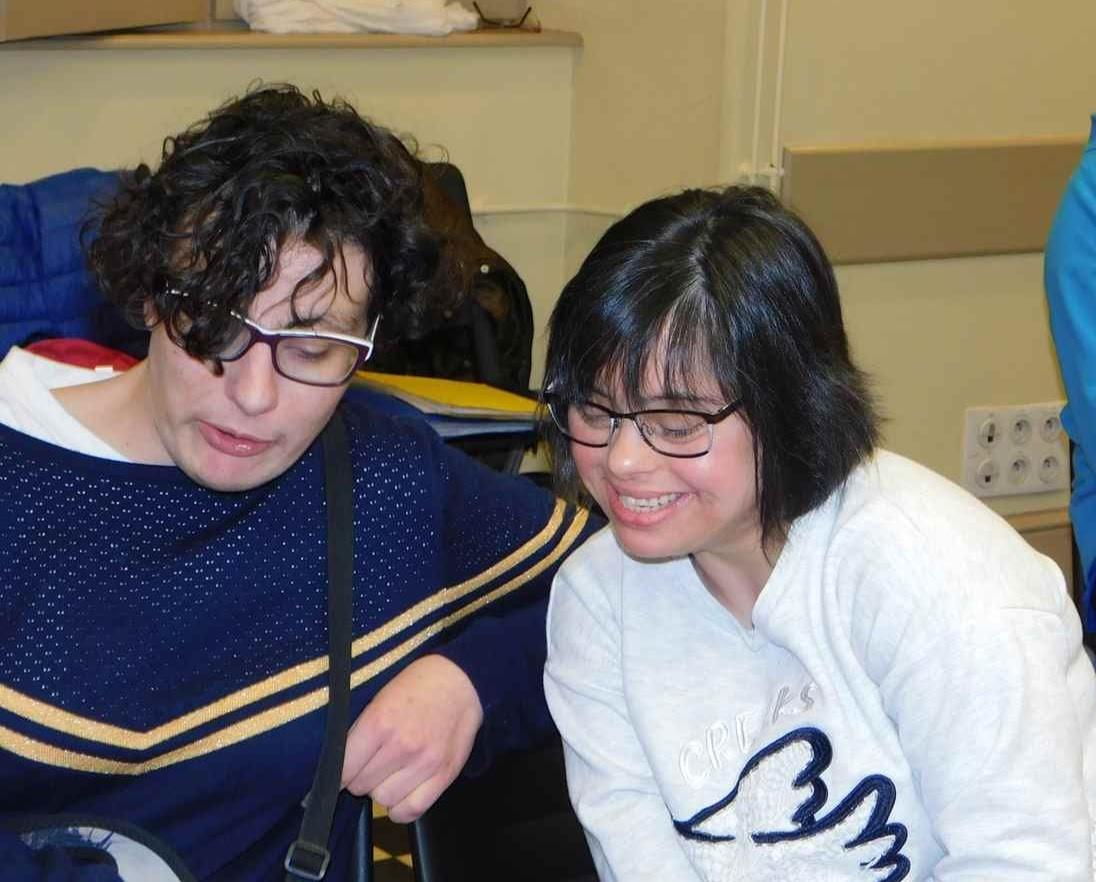 Laura et Mélanie chantant avec les classeurs