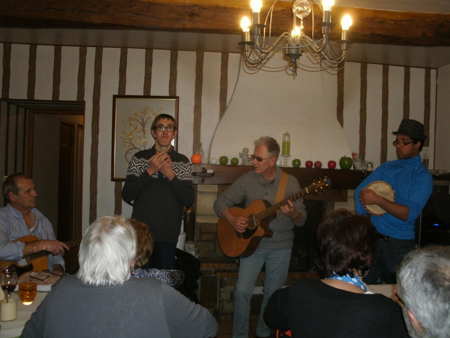 Après le repas,nous chantons accompagnés