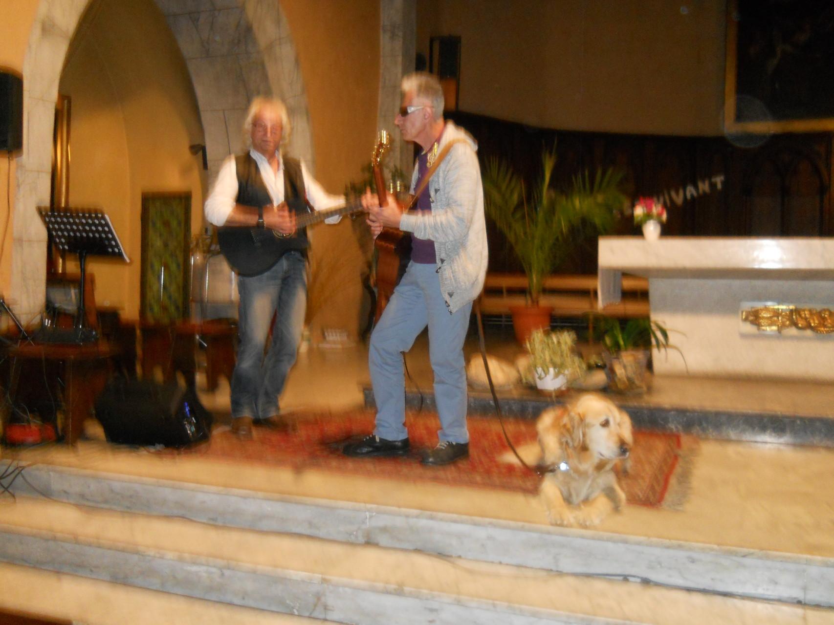 nos deux guitaristes et Booster,le chien de Jacques