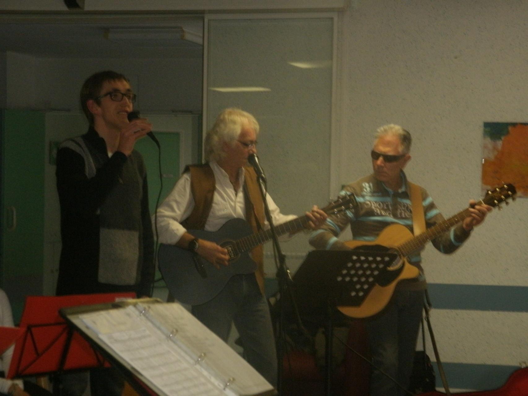 Nos deux guitaristes accompagnent Simon au F.A.M.de Tournay