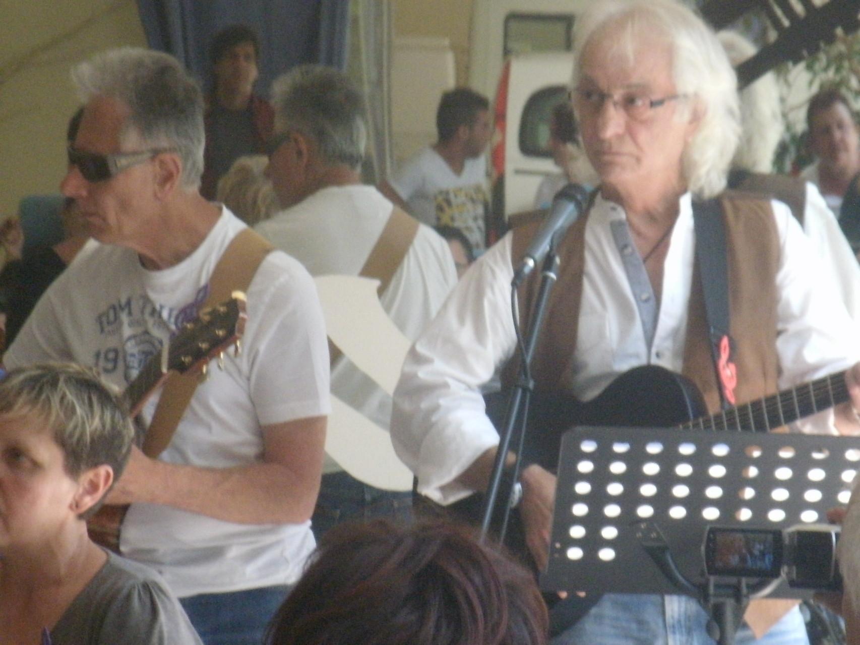 Nos deux guitaristes,Patrick et Jacques à la M.A.S. de Siradan;à bientôt.......