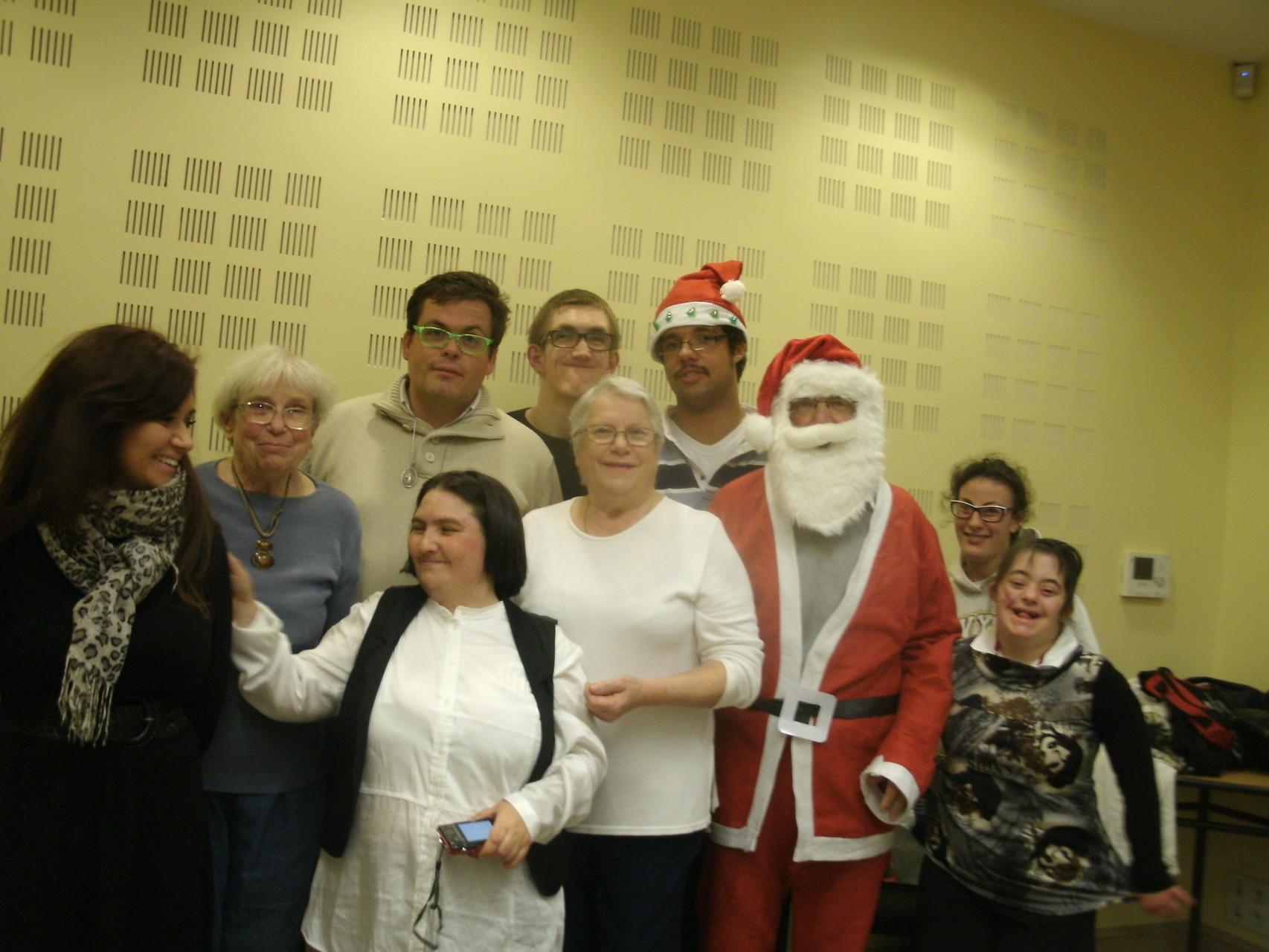 Les plus jeunes se rajoutent pour la photo avec le Père Noel.