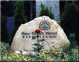 Granit - vertiefte Schrift und Zimmermannswappen gemeißelt