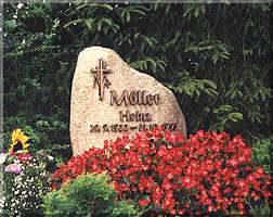 Granit mit Bronzeschrift und Bronzeornament
