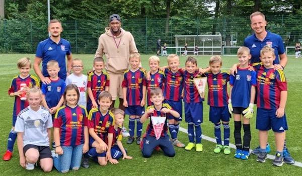 Stürmer-Star Anthony Modeste nahm sich Zeit für ein Foto mit unserer Mannschaft