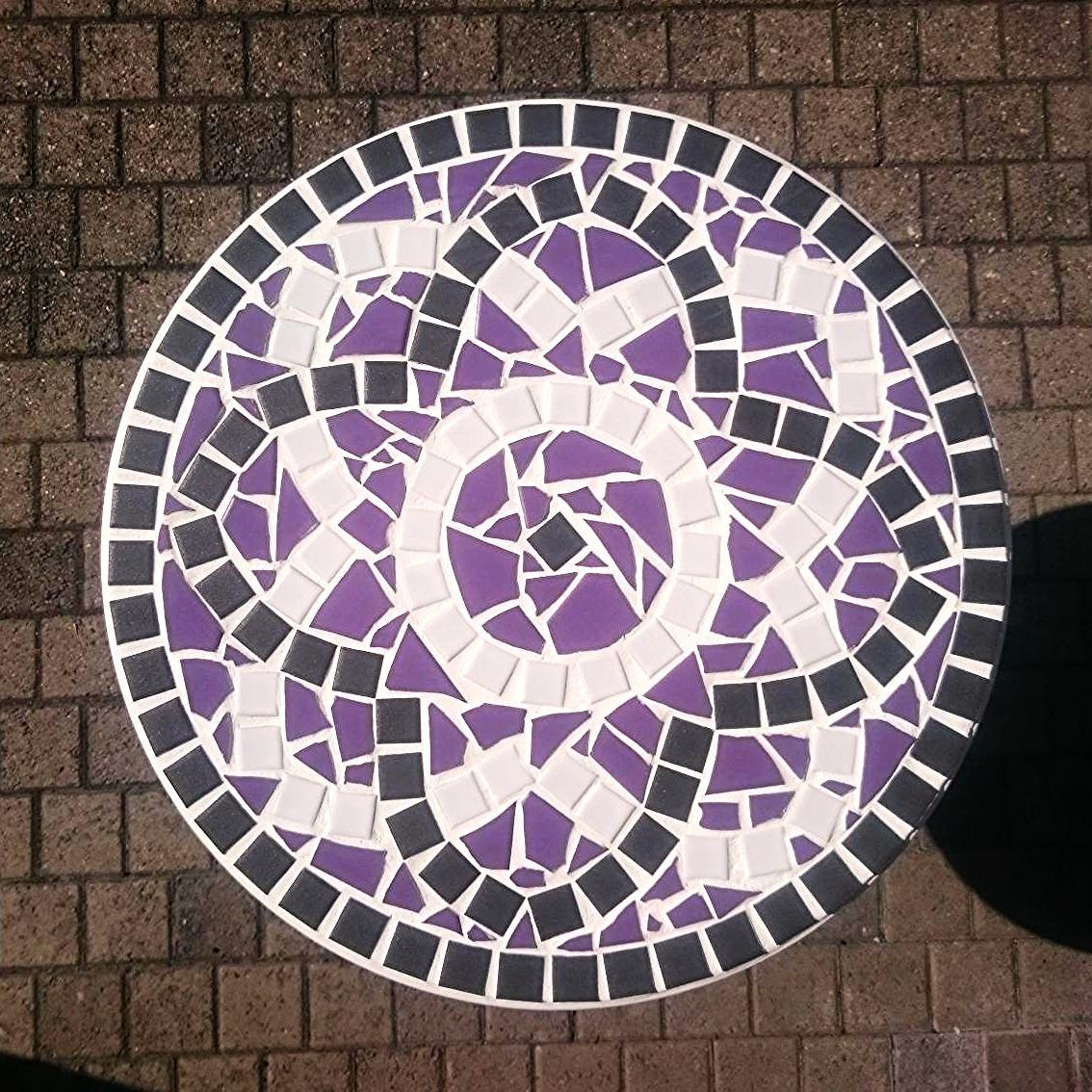 Mosaiktisch mit individuell gewähltem Muster und Farbkombination