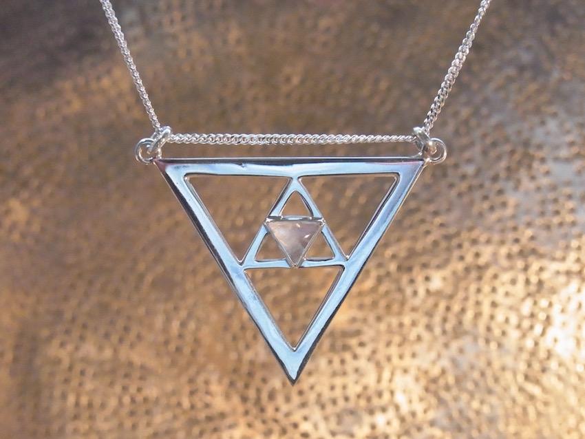 Kette mit Dreieck und Mondstein Anhänger