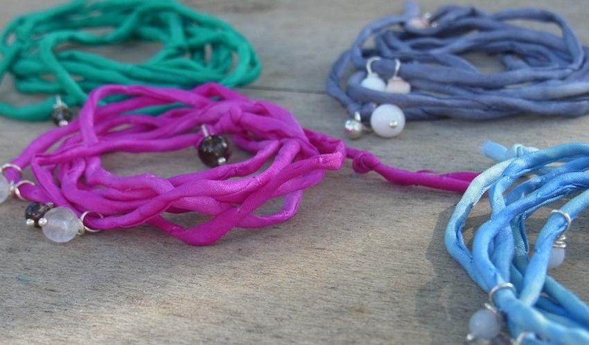 Seidenarmbänder mit Edelsteinen