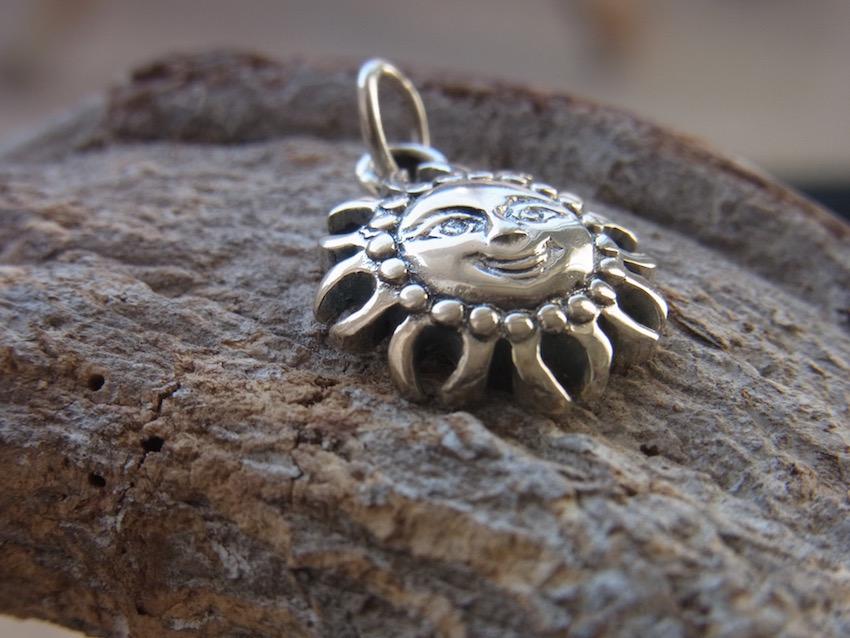 Kleiner Kettenanhänger Sonne aus Silber