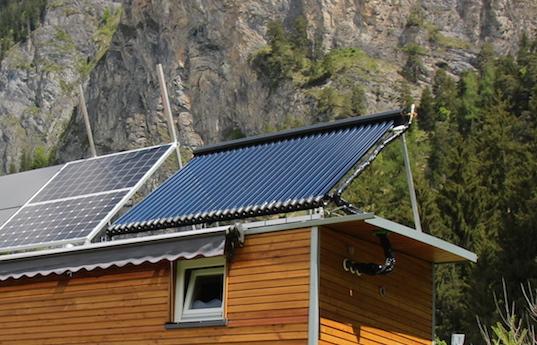 Schon mit wenigen Sonnenstrahlen erzeugt die Solarthermie-Anlage Wärme im Kombispeicher