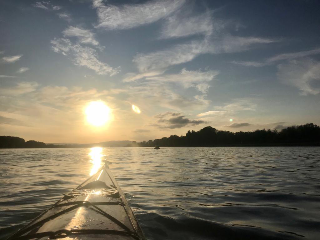 Abends der untergehenden Sonne entgegen
