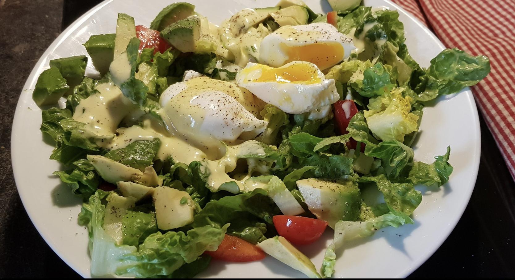 gemischter Salat mit pochiertem Ei und Mayonnaisedressing