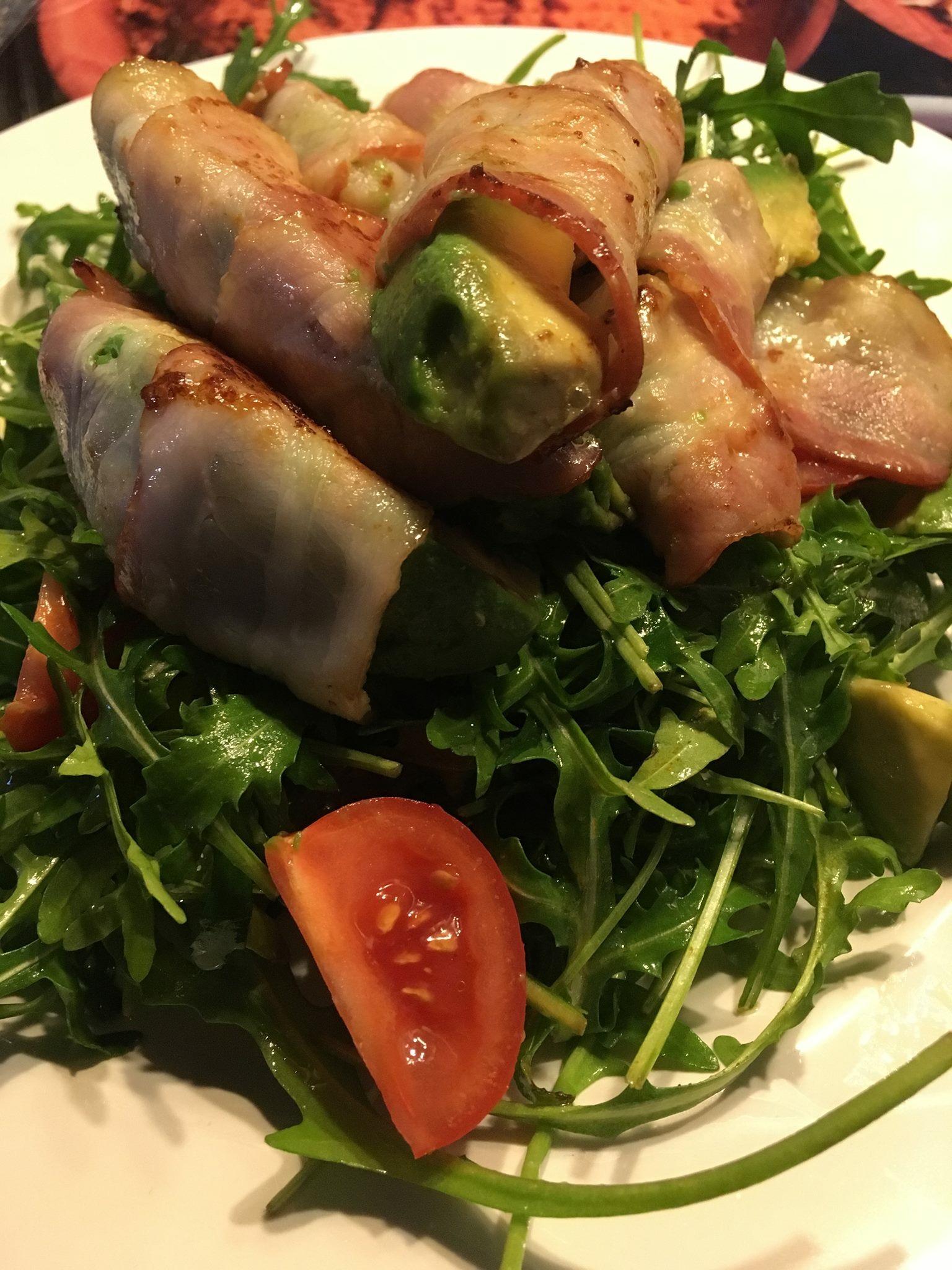 Baconumwickelte Avocadospalten auf Salat