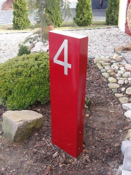 Stele mit Hausnummer 4 (Farbe: RAL 3004 purpurrot)