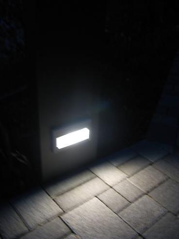 Stele mit Licht bei Nacht