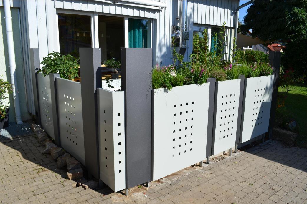Zaunsystem Modular bestehend aus 4 gr. Stelen, 3 kl. Stelen, Eckelement, 1 Soloblech, 4 Blumenkastenbleche in versch. Breiten