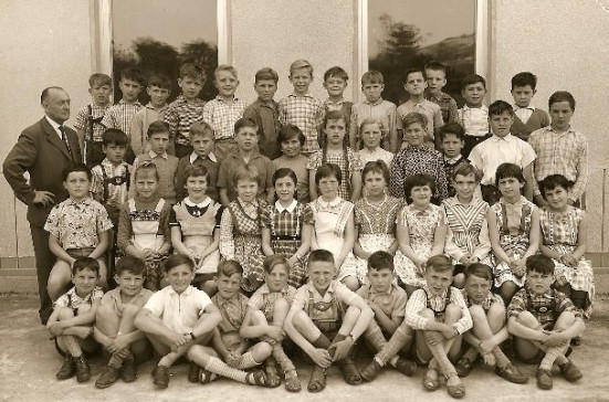 Volksschule Kallstadt 1950er - ICH bin ganz links in der 2. Reihe von unten, vor unserem Lehrer Schäfer - LOL - I'm the left one, 2nd row, in front of our teacher, Mr. Schäfer.