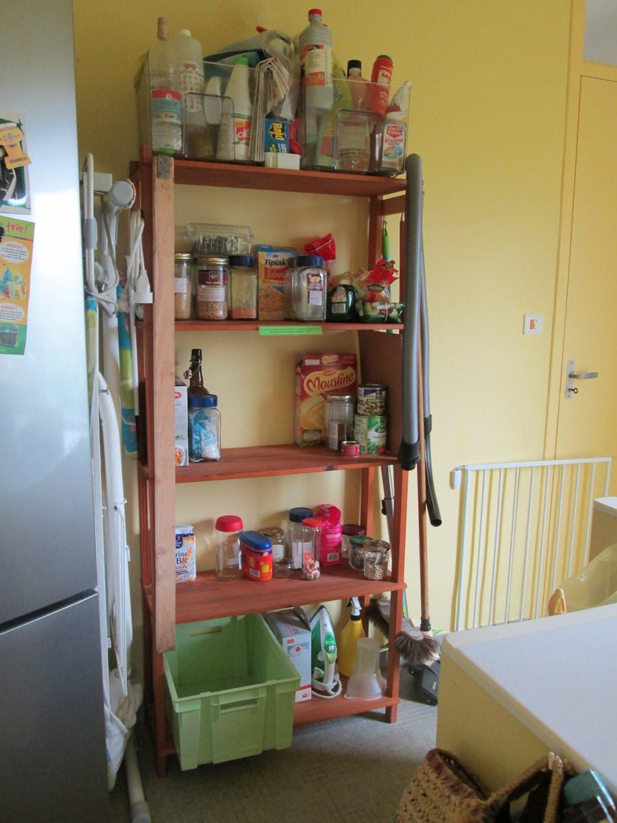 Arrière-cuisine et escalier menant au sous-sol (avec barrière de sécurité)