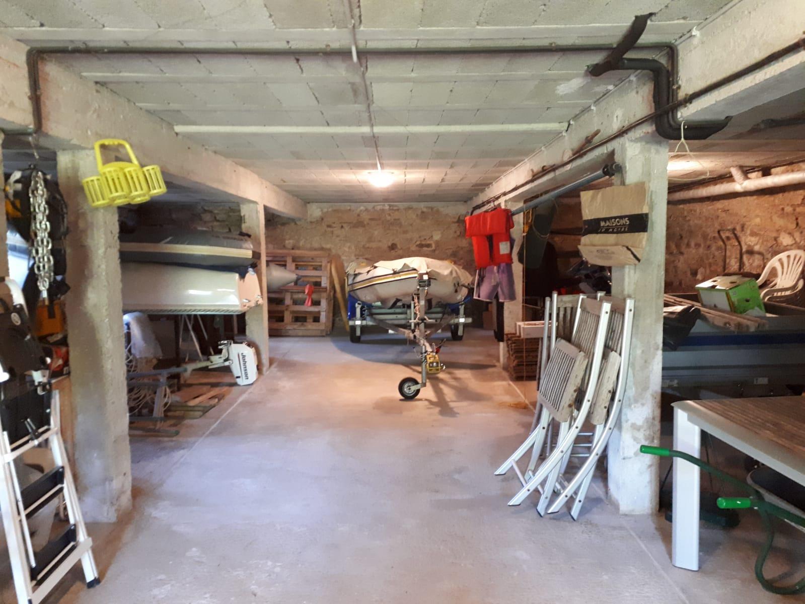 Sous-sol (qui n'est pas un garage) où vous pouvez ranger votre matériel de plage ou de mer