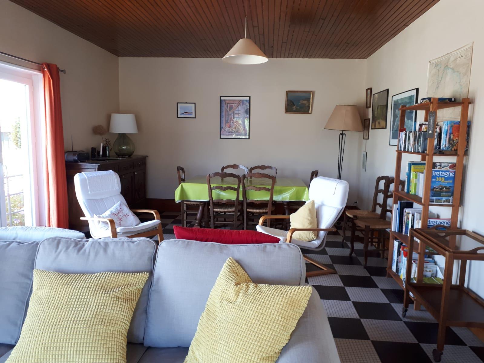 Côté salle à manger, vu du salon. Nouveaux rideaux.