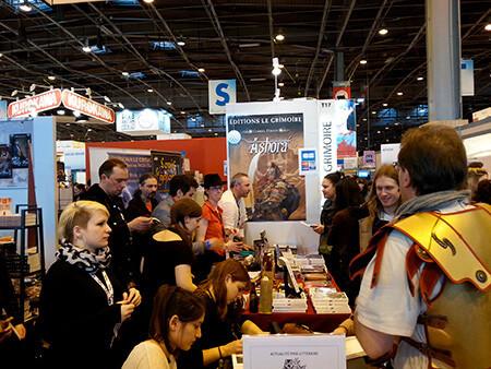 Les illustrateurs de la Cour des Miracles en pleine séance de dédicace (Salon du Livre de Paris 2015)