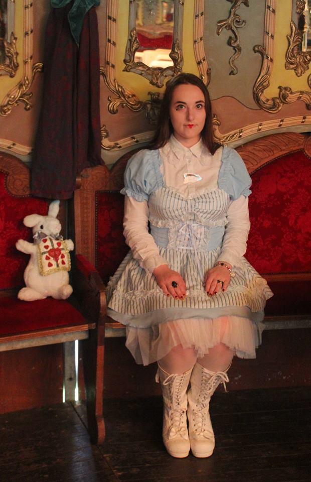 Pour rien au monde notre Alice ne serait venue sans son lapin, trop apeurée d'arriver en retard