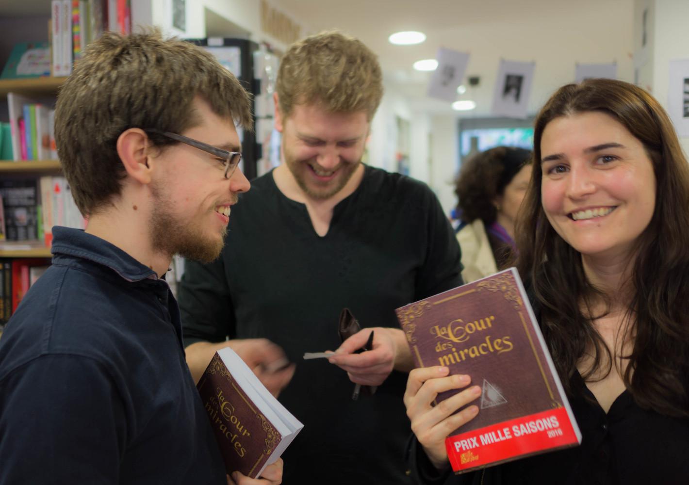 Danü Danquigny entouré de ses fans à la librairie Le Livre et la Tortue.
