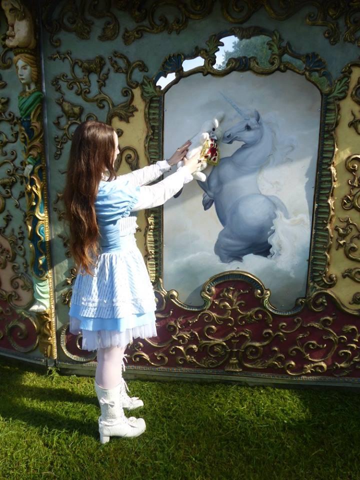 Elle y parvint grâce à une licorne, qu'elle remercia lorsqu'elle la quitta.