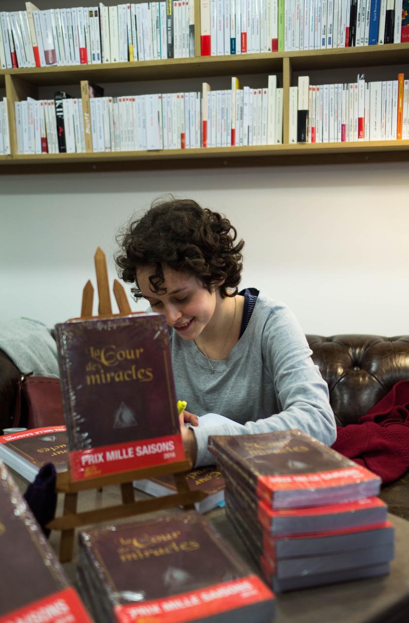 Mélaine Legrand à l'ouvrage (librairie Le Livre et la Tortue - Issy les Moulineaux).