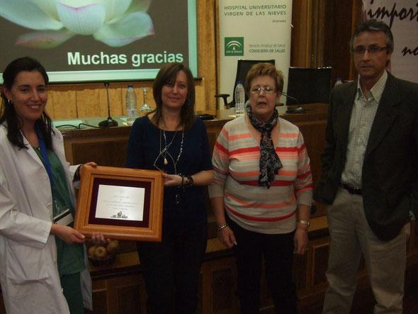 ATHEG hizo entrega al Servicio de Hepatología de una placa en agradecimiento al trabajo que realizan con nosotros.