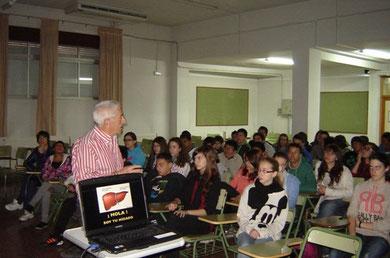 El profesos D. Benjamín Alvarez (en la foto) y el doctor Rafael Garrido, dieron una charla en el IES Mariana Pineda de Granada.
