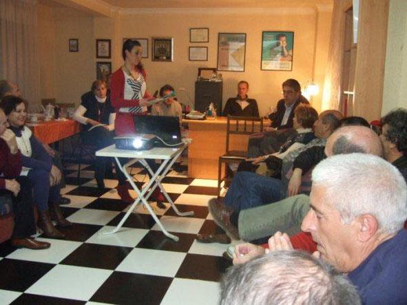 Celia Gualda, trabajadora social, nos orienta en la sede de la asociación. Año 2008.