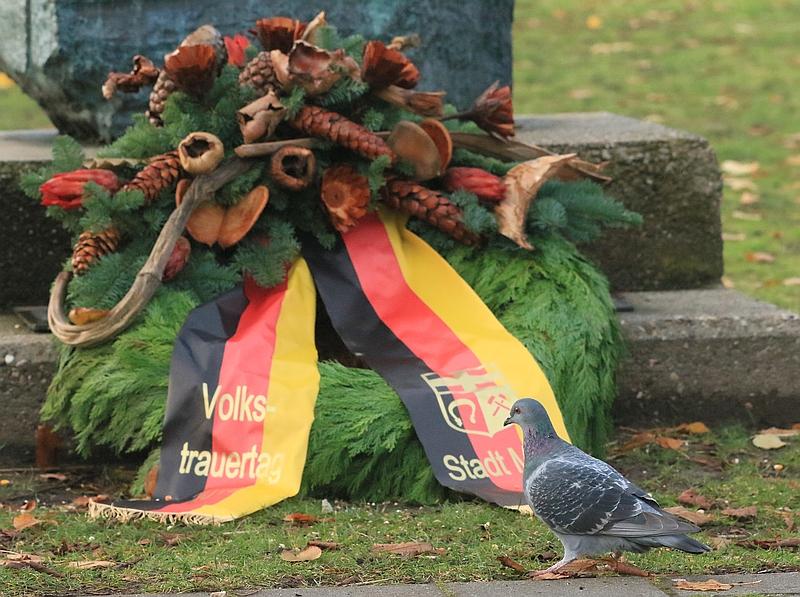 Auch die Tauben gedenken der Opfer.