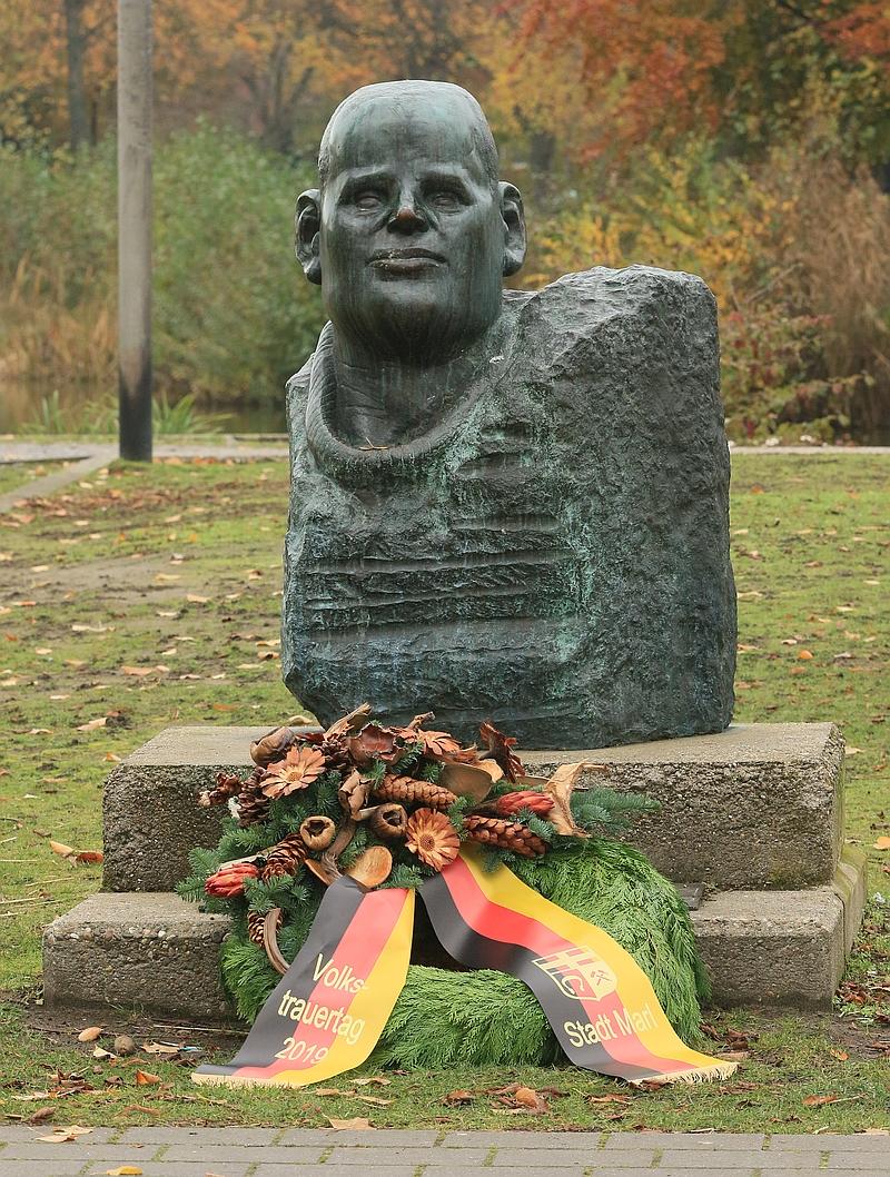 Der Kranz wurde vor dem Bonhoeffer Denkmal niedergelegt.